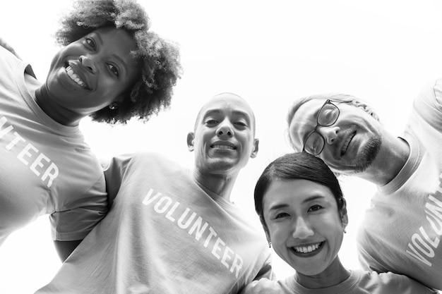 Grupo de voluntários felizes e diversificados