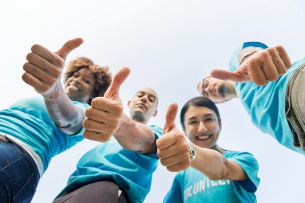 Grupo de voluntários felizes e diversos