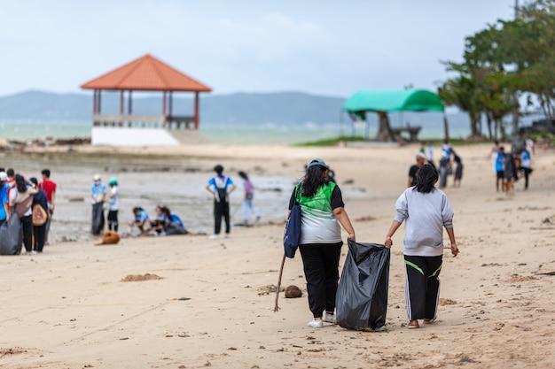 Grupo de voluntários limpando linha de praia em had nam rin.