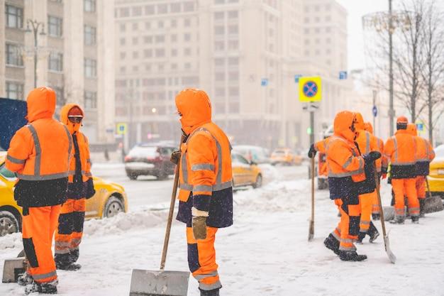 Grupo de zeladores da cidade em rua com neve