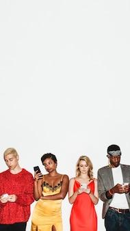 Grupo diversificado de amigos em fila usando seus smartphones
