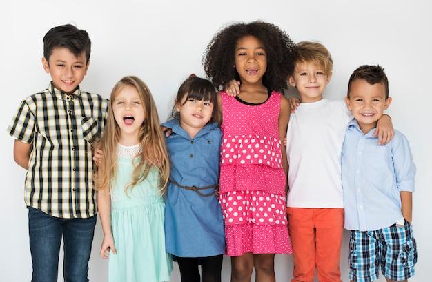 Grupo diversificado de crianças em pé em um retrato de linha