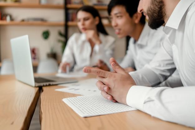 Grupo diversificado de empresários discutindo negócios no escritório