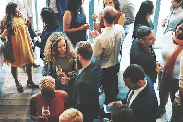 Grupo diversificado de executivos em um encontro