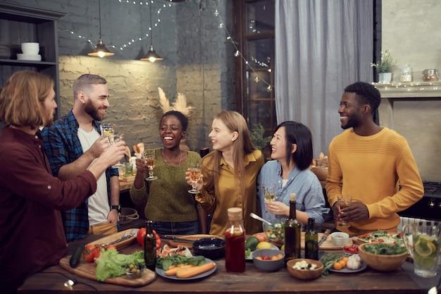 Grupo diversificado de jovens desfrutando de jantar