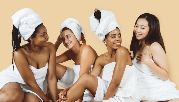 Grupo diversificado de mulheres multiétnicas, isolado no fundo