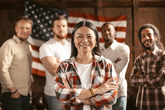 Grupo diversificado de patriotas americanos com bandeira americana