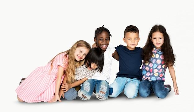 Grupo diversificado de pessoas abraçar uns aos outros