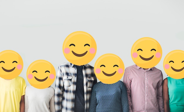 Grupo diversificado de pessoas com rostos de emoji feliz