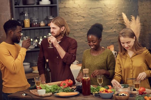 Grupo diversificado de pessoas curtindo festa em casa
