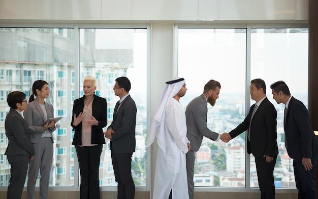Grupo diversificado de pessoas de negócios em um escritório