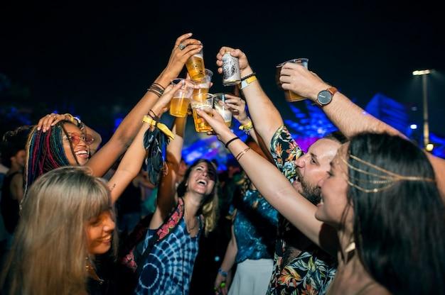 Grupo diversificado de pessoas desfrutando de uma viagem e festival
