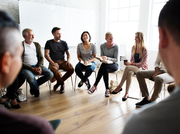 Grupo diversificado de pessoas em um seminário