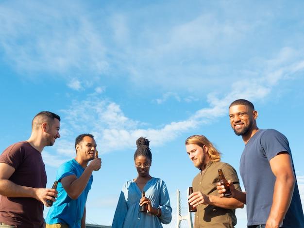 Grupo diverso de amigos comemorando o encontro