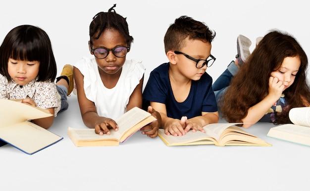 Grupo diverso de estudo de crianças leia o livro