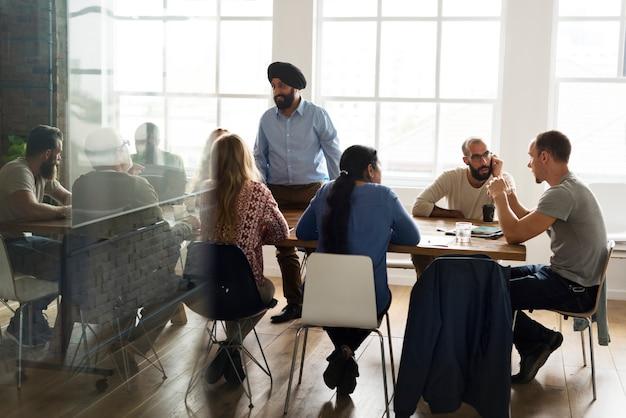 Grupo diverso de pessoas em uma sala de reuniões
