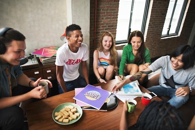 Grupo diverso de pessoas fazendo o conceito do projeto