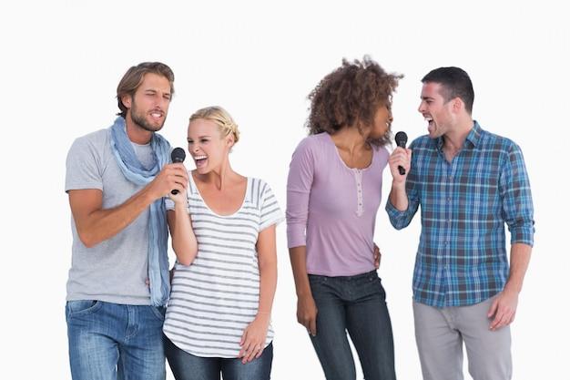 Grupo divertido em karaoke