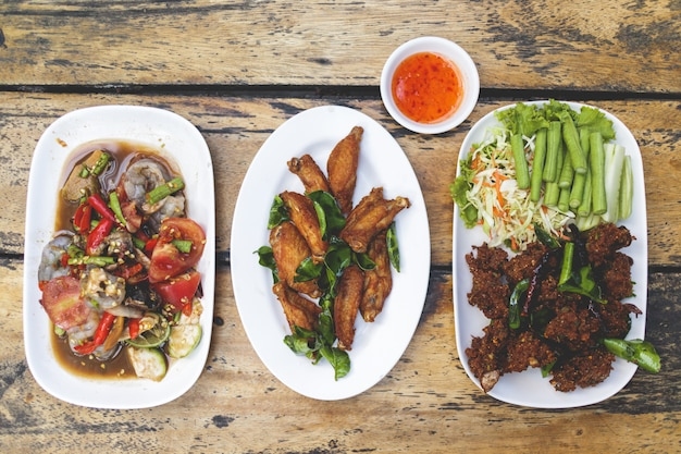 Grupo do almoço de prato picante de isan local tailandês. conceito de almoço tailandês.