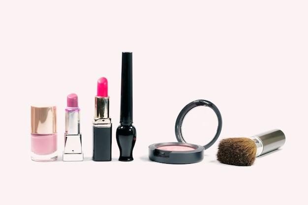 Grupo do close up de cosméticos da composição no fundo branco.