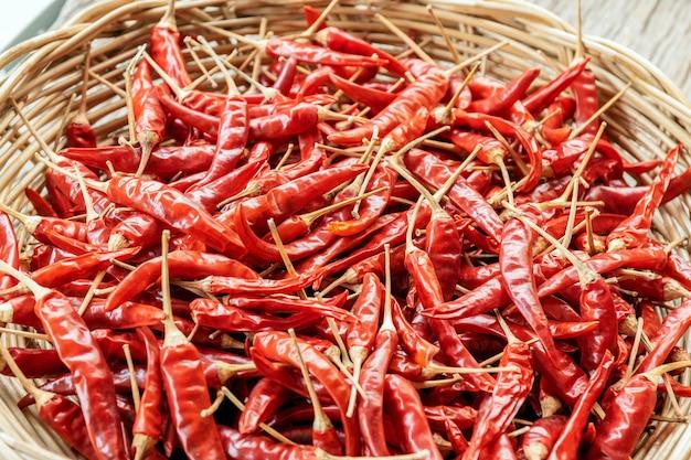 Grupo do close-up de pimentas secadas vermelhas em uma cesta de vime.