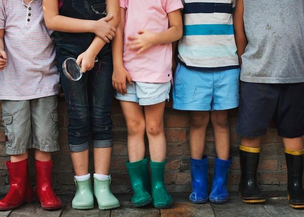 Grupo do jardim de infância crianças amigos segurando a lupa para explorar