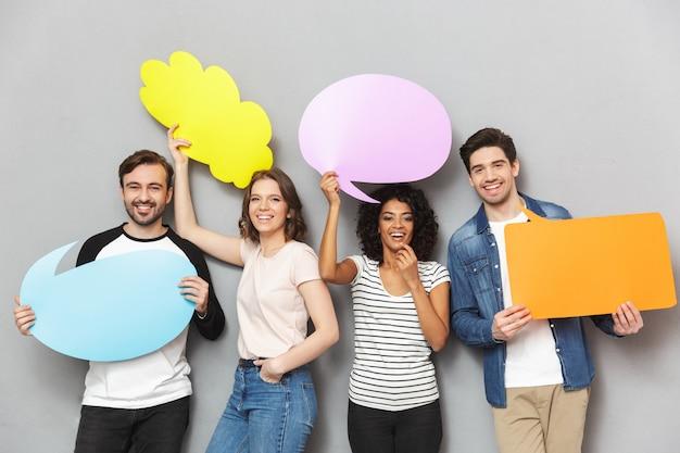 Grupo emocional de amigos segurando o discurso e bolhas pensativas.