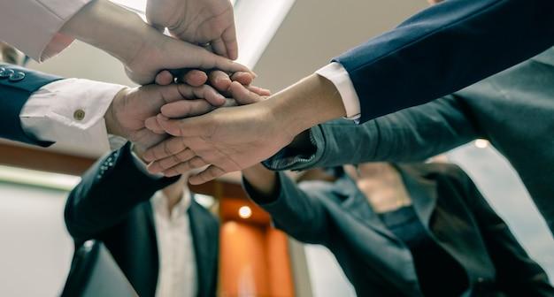 Grupo empresarial com as mãos juntas - conceitos de trabalho em equipe