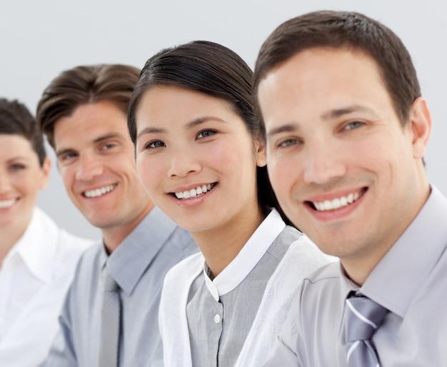 Grupo empresarial multi-étnico sorrindo para a câmera