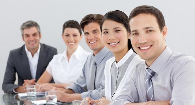 Grupo empresarial que mostra a diversidade em uma reunião