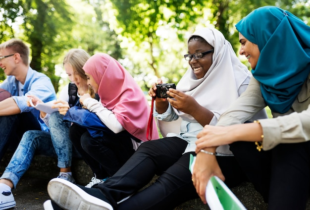 Grupo estudantes, usando, telefone móvel