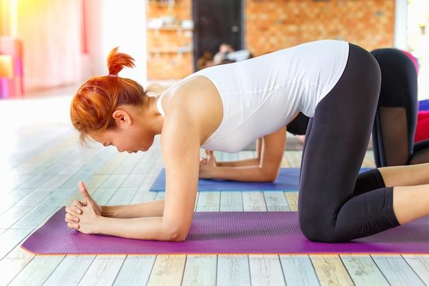 Grupo feminino asiático de aptidão fazendo pose de ioga namastê