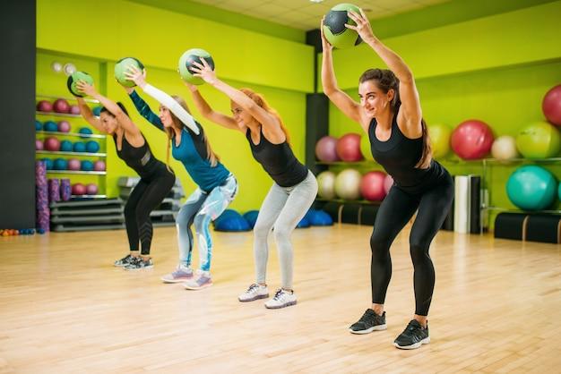 Grupo feminino com bolas, treino de fitness