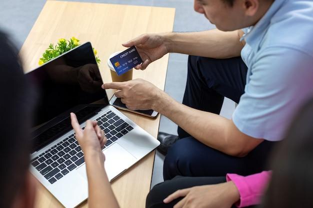 Grupo freelance jovem usando cartão de crédito