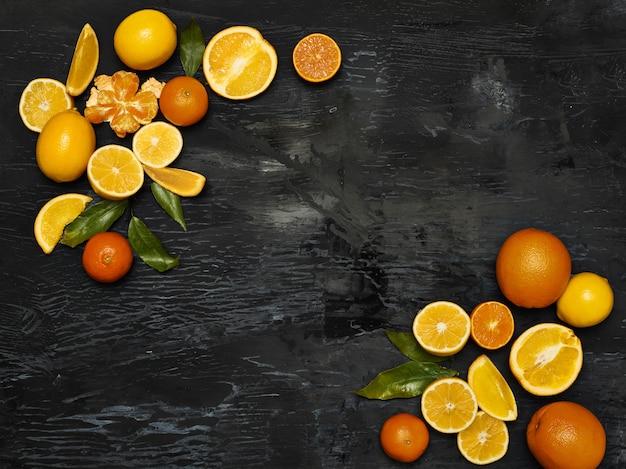 Grupo frutas frescas contra preto
