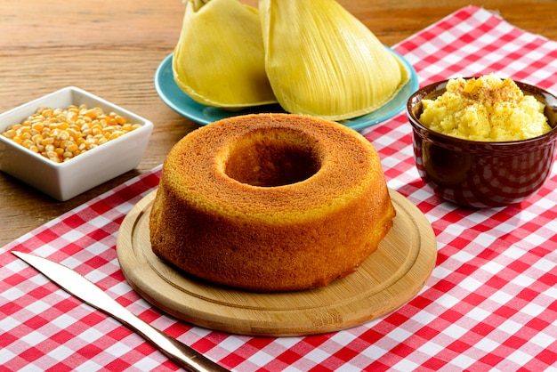 Grupo gastronômico da festa junina uma típica festa brasileira. bolo de milho.