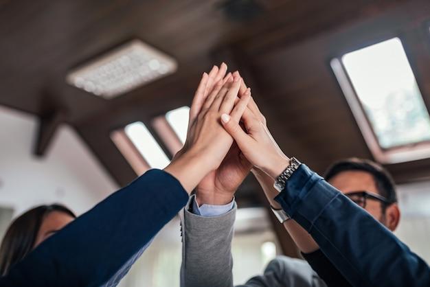 Grupo high-five. equipe de negócios comemorando o sucesso.
