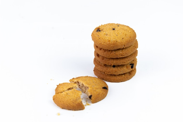 Grupo isolado de biscoitos dos pedaços de chocolate com parte do biscoito no branco. biscoitos doces. pastelaria caseira. biscoitos integrais caseiros.