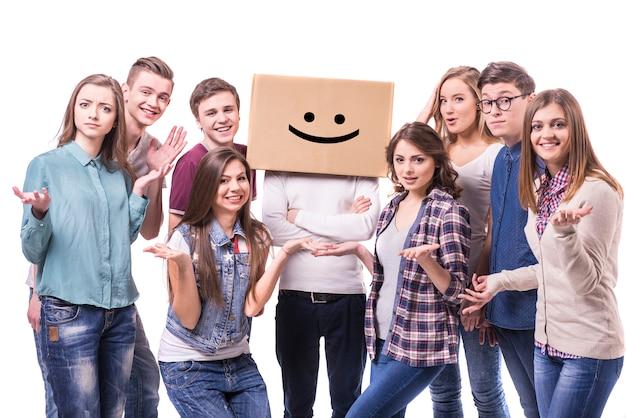 Grupo jovem de pé em branco
