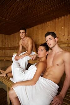 Grupo jovem de sauna spa terapia no quarto de madeira