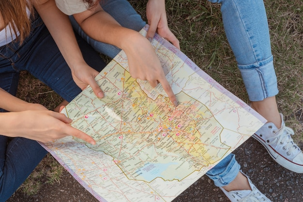 Grupo jovens, com, mapa