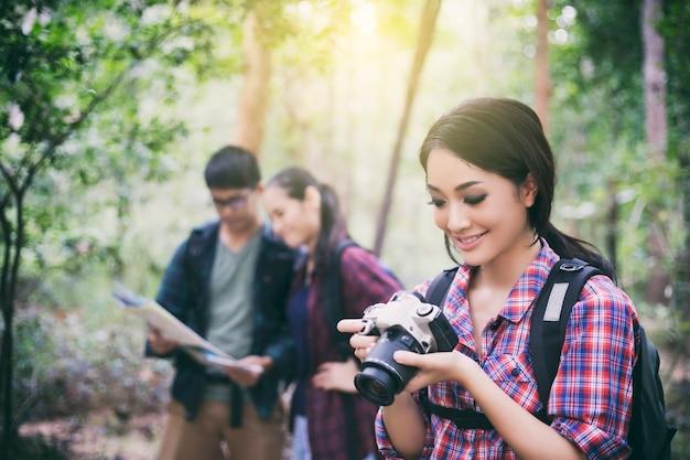 Grupo jovens, hiking, com, amigos, mochilas, andar relaxe tempo