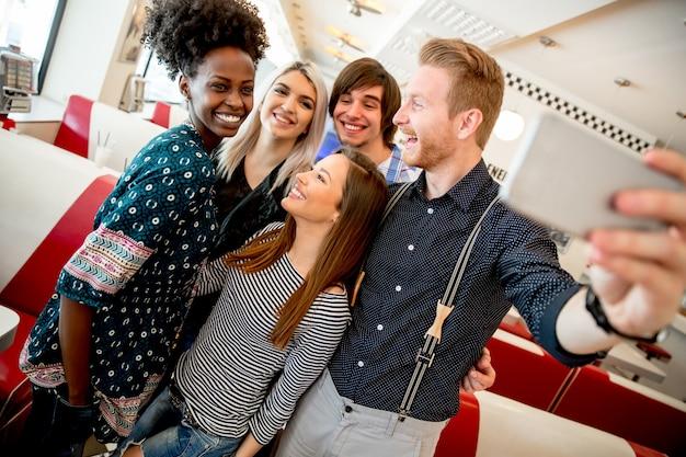 Grupo jovens, levando, selfie, com, telefone móvel