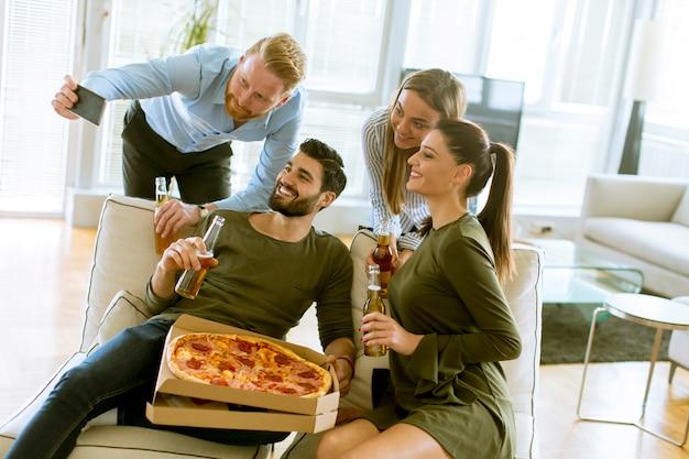 Grupo jovens, tendo, pizza, partido