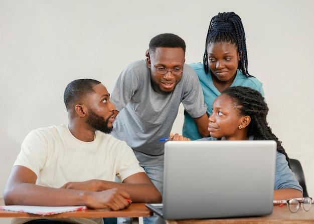 Grupo médio de alunos discutindo