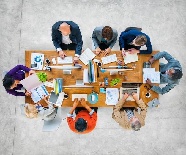 Grupo multi-étnico de pessoas trabalhando juntas