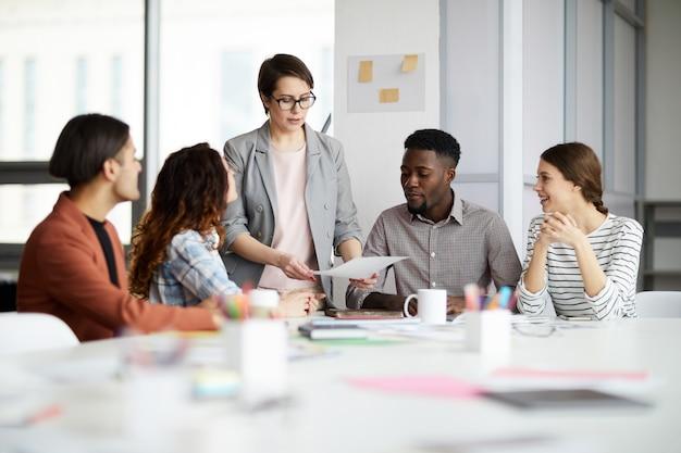 Grupo multiétnico de empresários