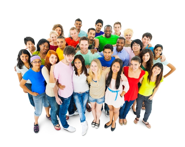 Grupo multiétnico de jovens adultos
