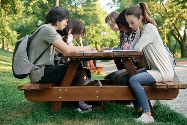 Grupo multiétnico de jovens estudantes felizes