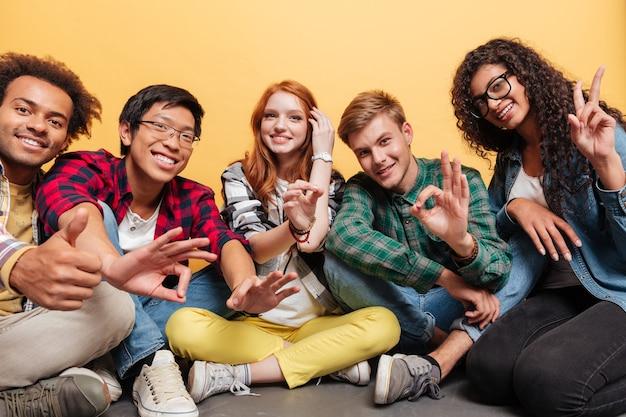 Grupo multiétnico de jovens felizes